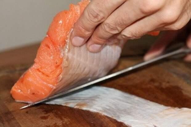 Если не любите рыбную кожу, лучше снять ее после приготовления и оставить на тарелке, а не до / Фото: premium-fish-shop.ru