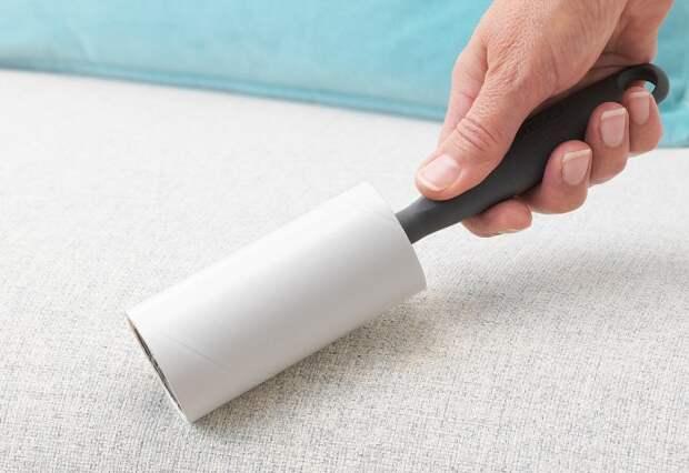 Липкий ролик поможет очистить не только одежду, но и мебель / Фото: ikea.com