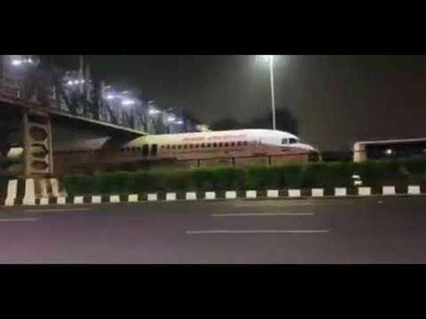 Самолет застрял под пешеходным переходом в Индии (видео)