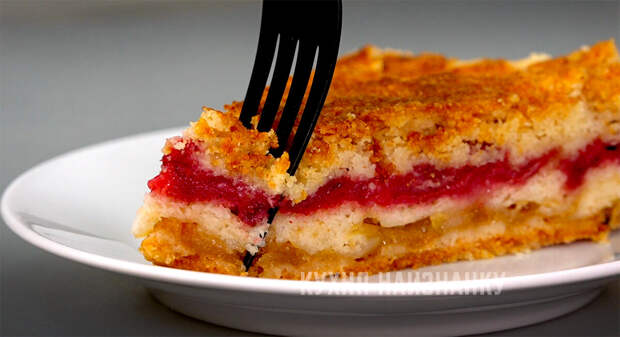 Насыпной пирог с ягодами и яблоками: домашняя выпечка, которая легко готовится