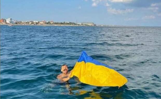 Подвиг свидомого украинца: спрятал жовто-блакитный прапор в трусы... Как на крымским пляже флаг Украины поднимали!