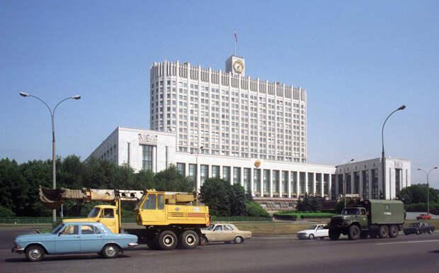 Типичный московский траффик летом 1992-го у стен парламента: 1992, СССР, дорожное движение, капиталистические страны, прошлый век, соц. страны, страны третьего мира, улицы