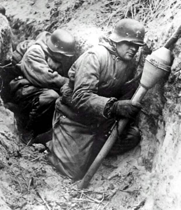 Немецкий солдат в окопе.
