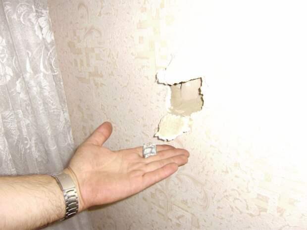 а это маленький осколок 120-мм мины, который попал в стену следующей комнаты