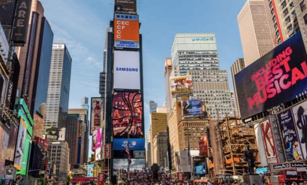 Башня в Нью-Йорке служит лишь опорой для экранов. Внутри она пустая