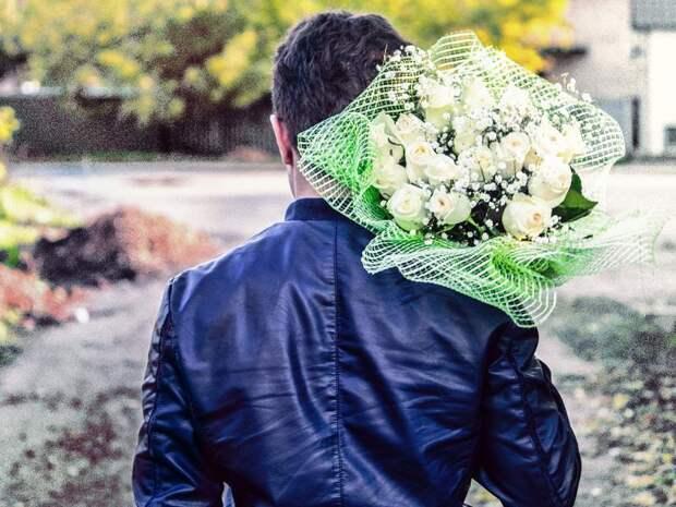 Человек в букетом цветов — лучше сразу бегите