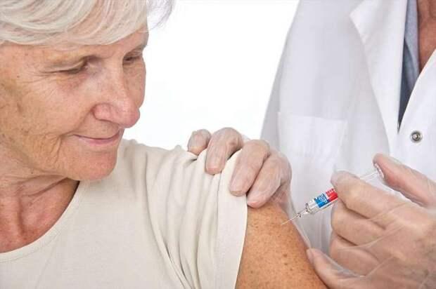 В Астраханской области активнее всех вакцинируются от ковида пенсионеры