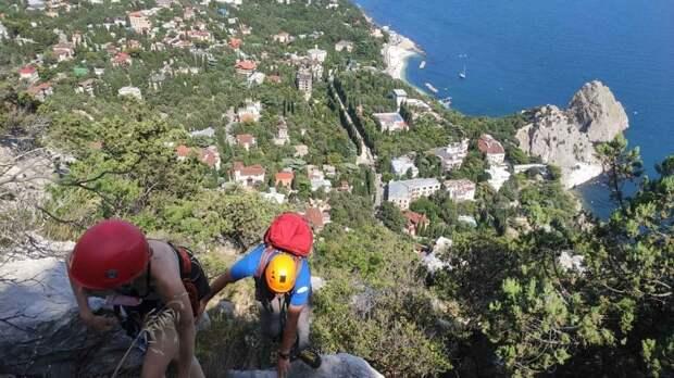 На горе Кошка женщина сбилась с туристической тропы. На помощь пришли крымские спасатели