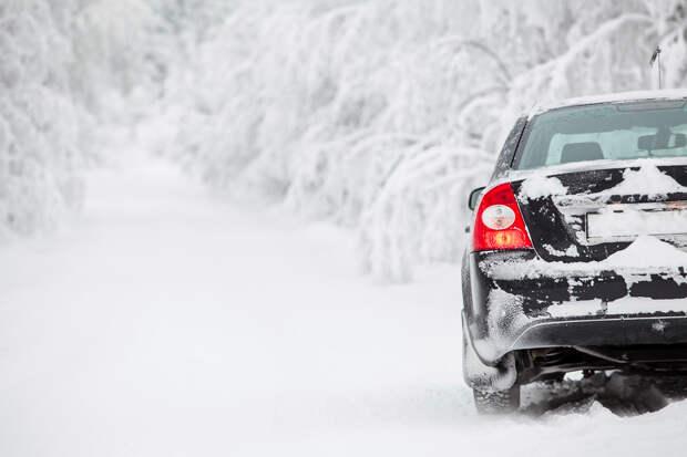 Автоэксперт рассказал правила вождения авто в сильный снегопад