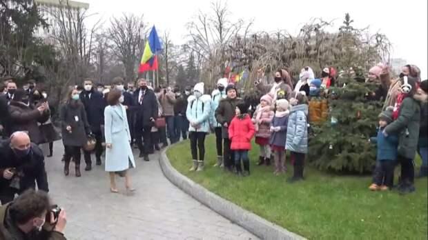 Санду не удивляет – румынский язык, униря, американские флаги