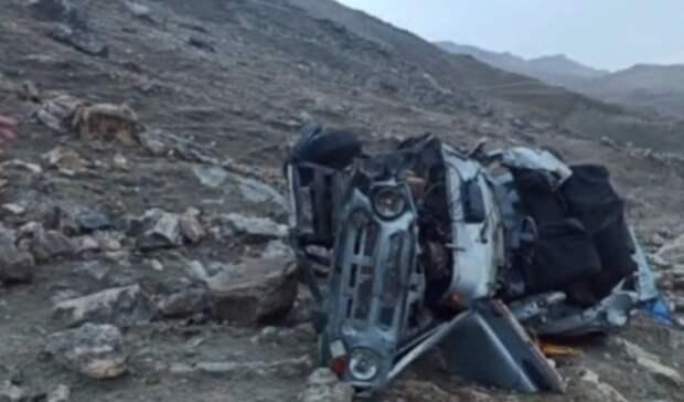 Двое ростовчан на арендованном УАЗе упали в пропасть в Дагестане