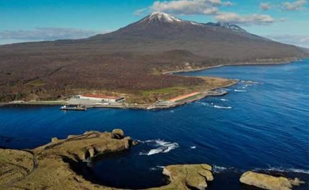 На фото: остров южной группы Большой гряды Курильских островов, принадлежность которого оспаривает Япония,