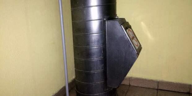 В доме на улице Маршала Тухачевского новый мусоропровод заклеили скотчем