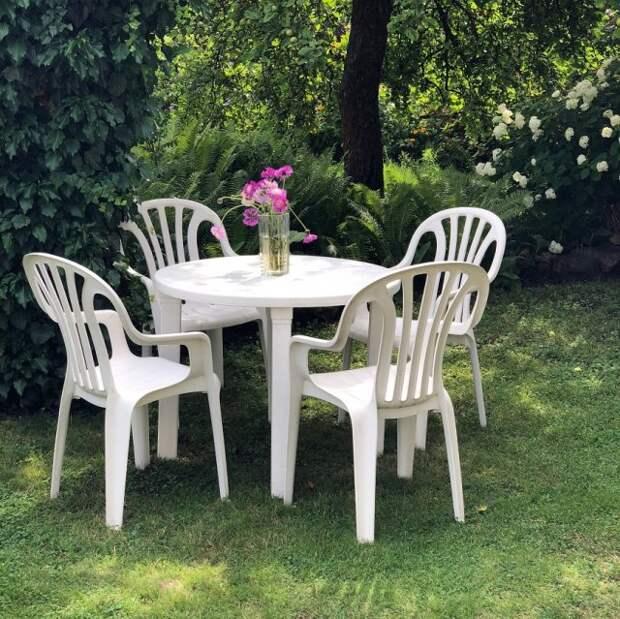 пластиковая мебель в саду