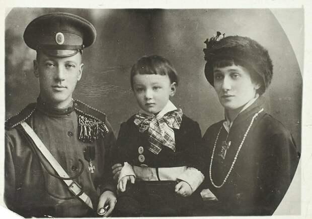 Николай Гумилев и Анна Ахматова с сыном Львом.