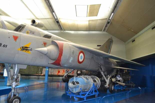 В отличие от предыдущих тактических боевых самолетов фирмы «Дассо», «Мираж» G8 был двухместным. Во второй кабине этого самолета было место инженера-исследователя, а на боевой машине там предполагалось разместить штурмана – оператора систем вооружения, а на учебно-боевой модификации с двойным управлением – летчика-инструктора