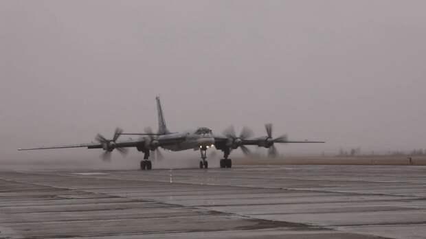В Сети появились кадры полетов ракетоносцев Ту-95МС в сложных метеоусловиях