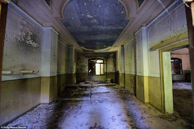 Призрак, маяк, отель, кладбище, замок, тайны истории