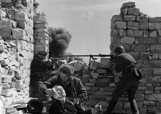 Первые трагические месяцы войны, как это не цинично стали частью плана будущей победы.  Фото: edusev.ru.