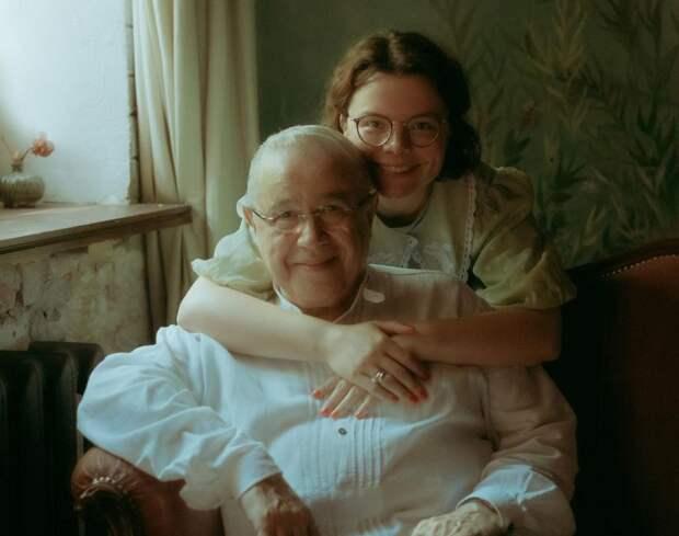 «Жизнь продолжается»: Евгений Петросян выложил трогательное фото с женой и сыном