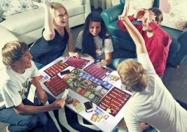 друзья играют в настольную игру