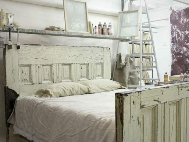 А как вам такая идея изголовья из стареньких дверей? \ Фото: interiorsdesignblog.com.