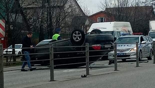 В Подольске иномарка врезалась в дорожное ограждение и перевернулась