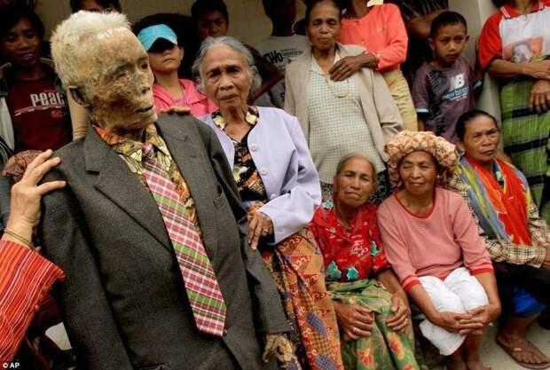 Необычные похоронные ритуалы в Индонезии