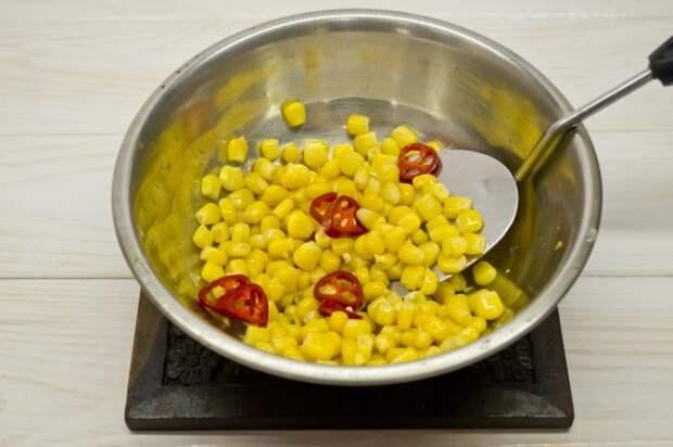 Добавляем кукурузу и острый перец чили