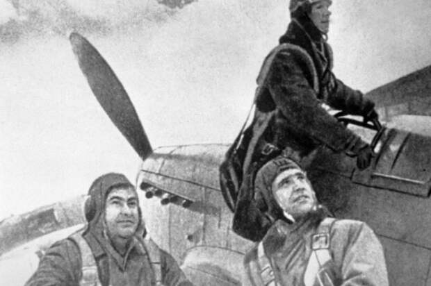 Перед вылетом. Крайний слева — Алексей Маресьев, 1944 год