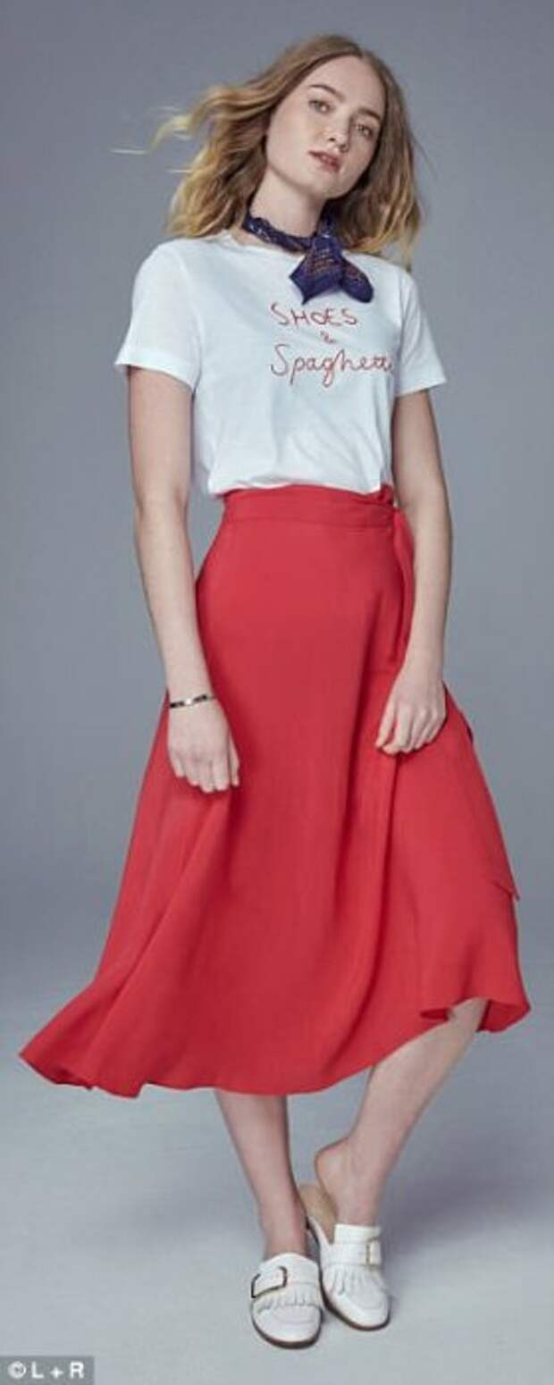 Красная юбка А-силуэта, белая футболка и удачный аксессуар - шарфик.
