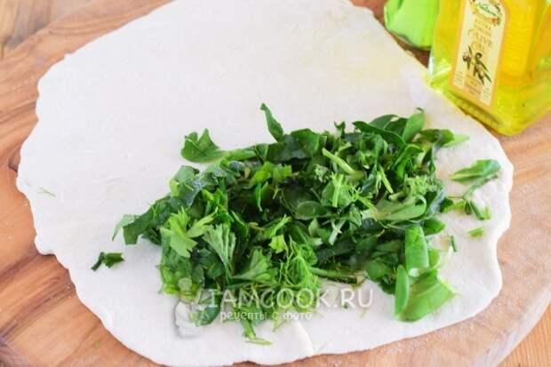 Положить на тесто зелень