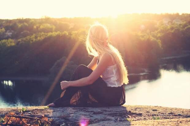 Девушка, сидящая на камне