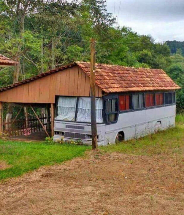 Это как бы гараж для старого автобуса и дом в одном флаконе. | Фото: Daily LOL Pics.