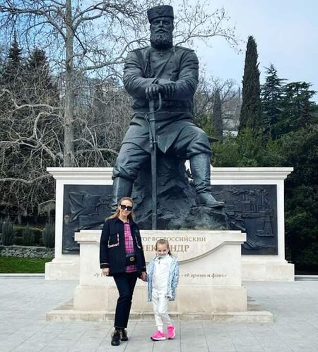 Татьяна Навка и Дмитрий Песков с дочерью на отдыхе в Крыму: новые фото