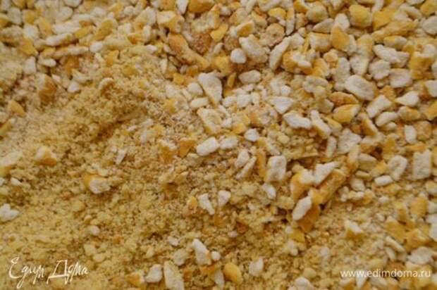 Печенье измельчить в крошку. Соломку соленую также измельчить, но чуть крупнее. Чтобы ощущались кусочки.