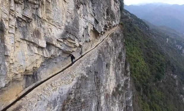 Китаец в одиночку 36 лет рыл канал на отвесном склоне горы, чтобы обеспечить свою деревню водой
