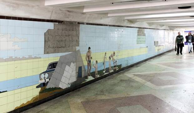 Еще несколько мозаичных панно открылись после сноса ларьков впереходах Ростова