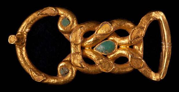 Застежка из золота, украшенная бирюзой в форме «узла Геракла», таким узлом Геракл завязывал на груди шкуру убитого немейского льва. В морском деле петли, продетые друг в друга или «узел Геракла» называется прямым узлом.