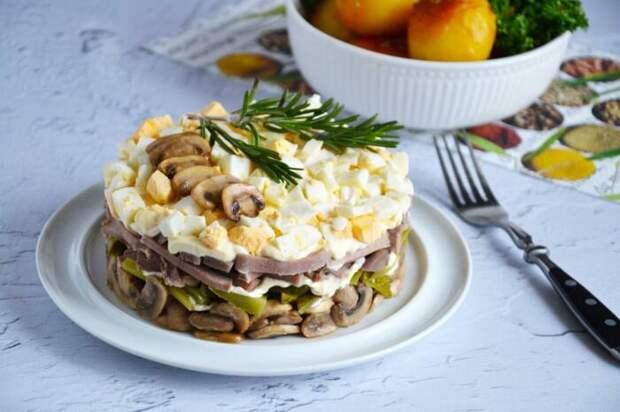Новогодний слоёный салат. \ Фото: 1000.menu.