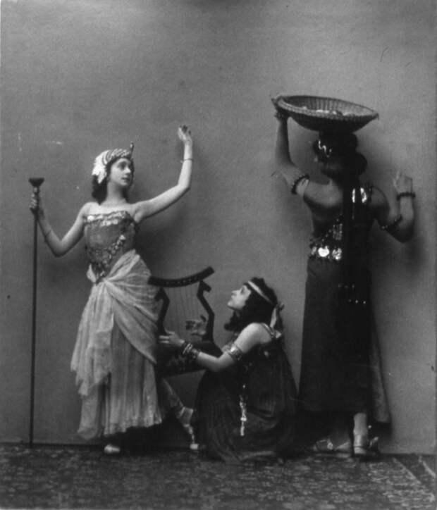 В итоге она в 1941 году переехала в Австрию, обосновалась в Вене, где давала уроки балетного мастерства