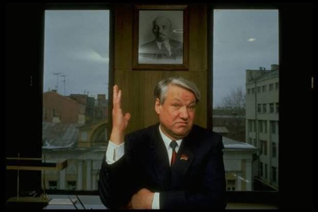 Всё ещё с портретом Ленина на стене: Б. Н. Ельцин в 1989 году