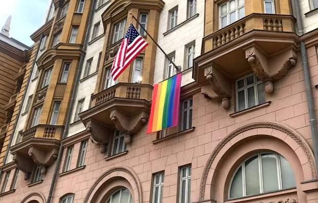 «Показали, кто там работает»: Путин оценил флаг ЛГБТ на здании посольства США