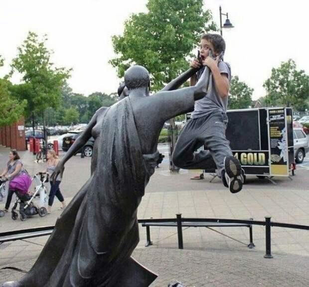 Как фотографироваться с памятниками (подборка)