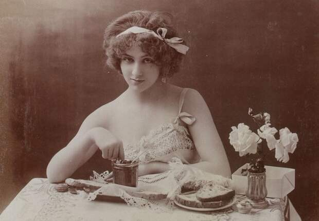 """""""Завтрак девушки"""" - серия эротических фотографий 1900-х годов."""