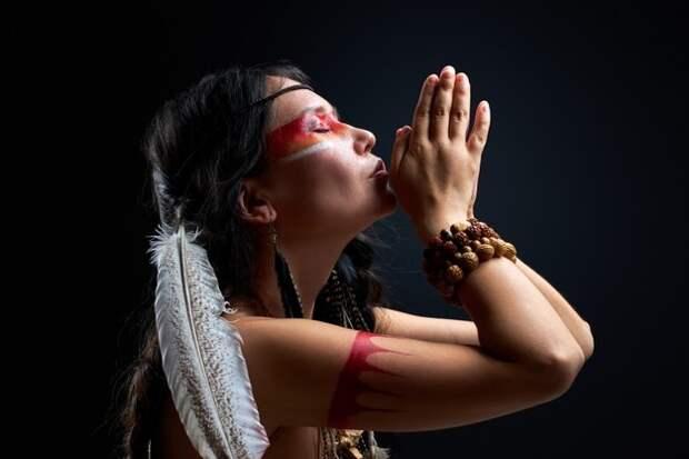 Черный племенной мужчина шаман указывая пальцем в сторону, указатель,  показывая что-то, изолированные на черной стене | Премиум Фото