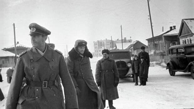 Командующий 6-й немецкой армией фельдмаршал Фридрих Паулюс, взятый в плен советскими войсками, на пути в штаб 64-й армии. Фото: © РИА Новости/Георгий Липскеров