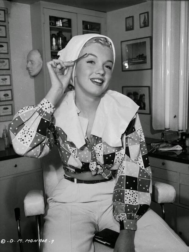 "Мерилин Монро наносит себе макияж на съемках фильма ""Хористки"" (реж. Фил Карлсон).  1948 год."