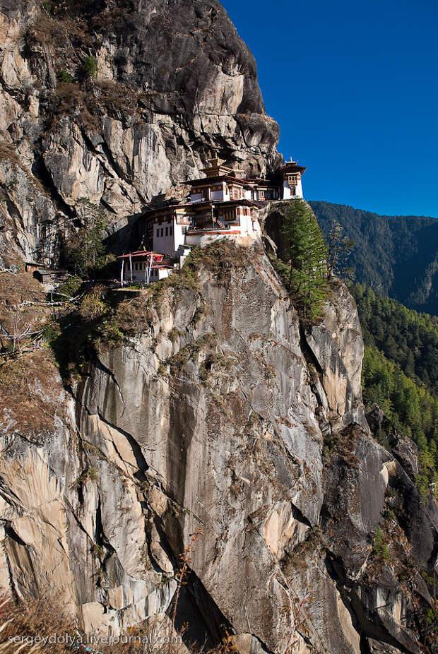 29) Самым тяжелым отрезком путешествия стал обратный подъем из расселины. В лучах заходящего солнца монастырь выглядел очень живописно.