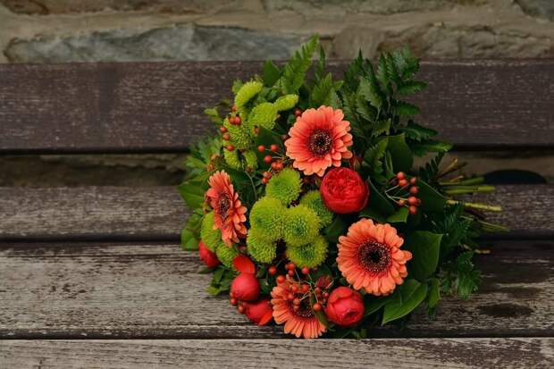Грамотное сочетание живых цветов в букете